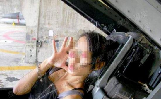 一名辣妹溜进F-16座舱内,还学韩国女团比手势。(图片来源:台媒)