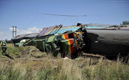 南非克罗内斯坦德附近的事故现场,救援人员正在查看被撞毁的车厢。