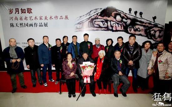 2017年12月19日,陈天然先生在家人的陪伴下,参加了开幕式。猛犸新闻客户端 图