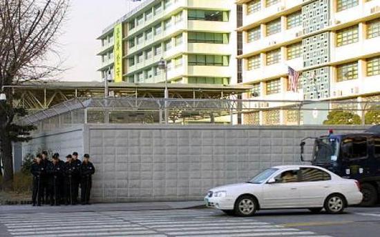 韩国警方在美国驻韩大使馆附近加强戒备。美国驻韩国大使职位空缺已长达12个月。