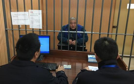 刘农涉嫌交通肇事罪接受警方讯问