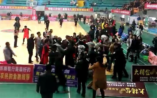 湖南涟源篮球赛起冲突 有观众手持塑料椅参与打斗
