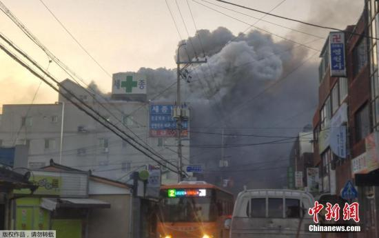 韩总统文在寅赴密阳火灾现场听取报告 慰问受害者