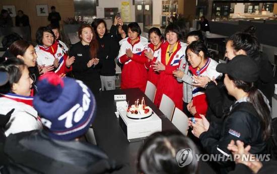 韩朝选手共同为陈玉庆祝生日
