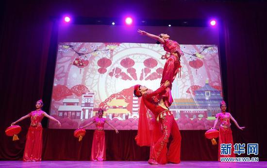 """2月15日,在比利时首都布鲁塞尔艺术中心,演员表演舞蹈《普天同庆》。当日,庆祝2018中欧旅游年暨""""欢乐春节""""晚会在布鲁塞尔艺术中心举行,近千名中外嘉宾观看了一场充满中国韵味的精彩演出。新华社记者叶平凡摄"""