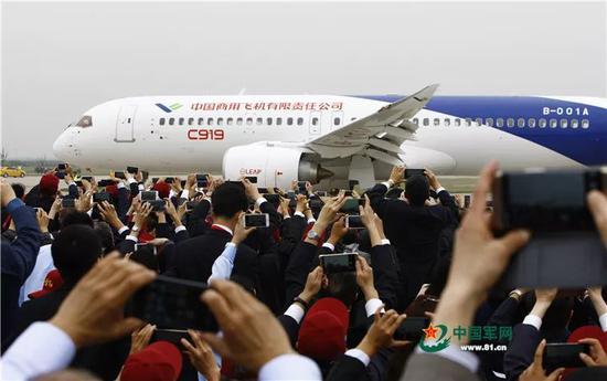 2017年5月5日,中国首款国际主流水准的干线客机C919在上海浦东国际机场首飞成功。C919大型客机是我国首款完全按照国际民航规章自行研制、具有自主知识产权的大型喷气式民用飞机。