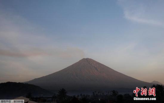 资料图:印度尼西亚巴厘岛,阿贡火山持续喷发。