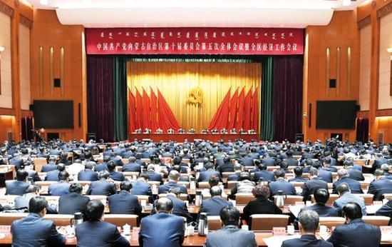 1月3日,中国共产党内蒙古自治区第十届委员会第五次全体会议暨全区经济工作会议在呼和浩特召开。内蒙古新闻网 图