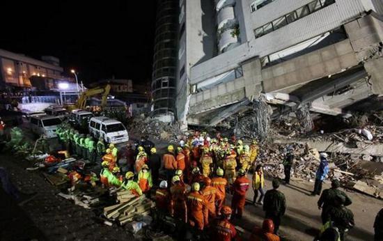 """台湾花莲县6日深夜发生6.5级强震,造成多栋大楼坍塌。(图片来源:台湾""""东森新闻云"""")"""