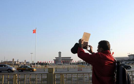 2018年3月1日,北京迎来晴晴天气,旅客在天安门前玩耍照相,尽享美妙春景。 视觉中国 图