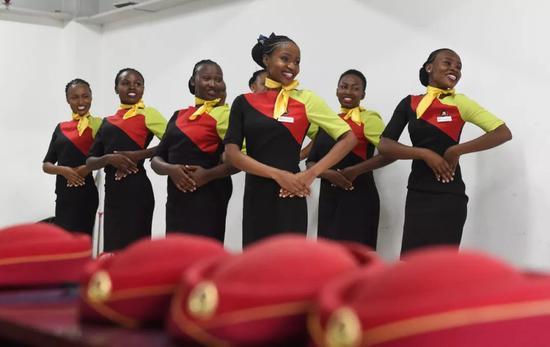 2018年2月2日,在肯尼亚首都内罗毕的蒙内铁路内罗毕南站,肯尼亚女乘务员们在排练春晚节目。新华社记者李百顺 摄