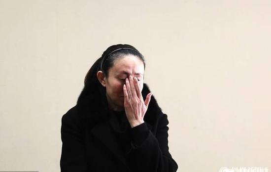 法医称江歌颈部被刺11-12刀 江母庭上痛哭