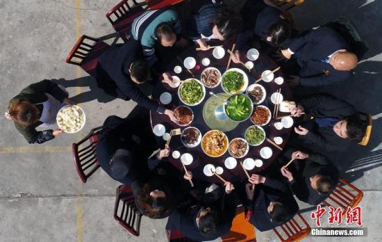 资料图:人们分享丰盛的团年饭。刘忠俊 摄