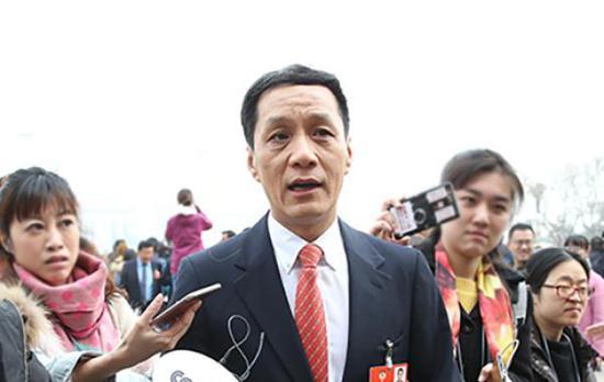 政协委员冯远征接受记者采访 视觉中国 图