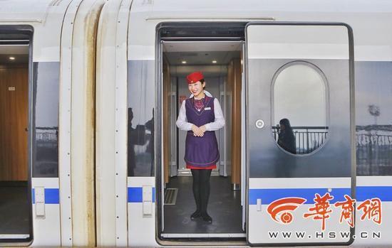11月22日上午8时22分,55251次动车组试验列车从西安北站驶出,一路向南,4个多小时后到达成都东站 华商报记者 张杰