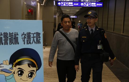 酒后闹事的日本乘客(图源:台湾《苹果日报》)