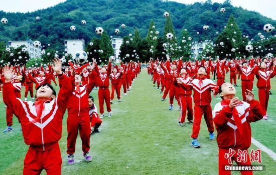 资料图:上千名小学生在操场上跳足球舞。 卓忠伟 摄