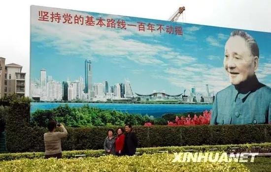 ▲资料图片:人们在深圳福田中心区的邓小平画像前留影。