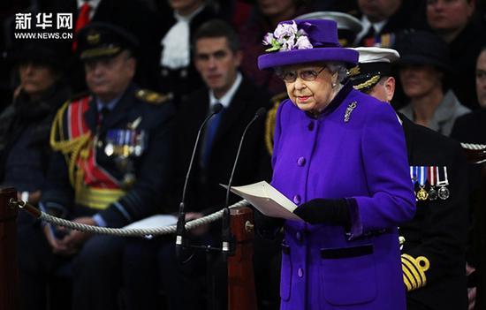 """当地时间12月7日,英国朴茨茅斯,英国海军""""伊丽莎白女王""""号航母举行服役仪式,女王伊丽莎白二世出席。"""