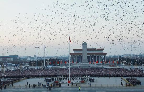 2018年1月1日晨,来自全国各地的数万名群众观看新年第一次升国旗仪式。新华社记者李刚 摄