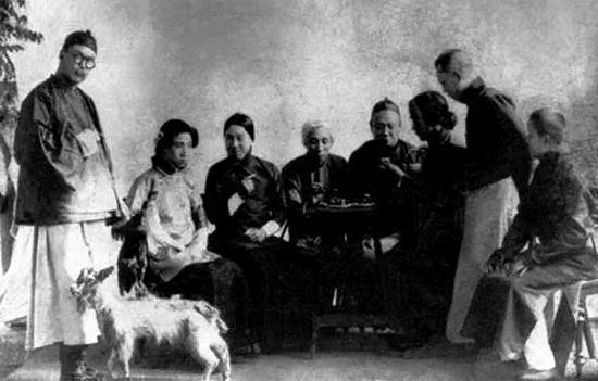 1916年,周恩来(前排左一)与老师伉乃如及同学在天津南开学校合影。