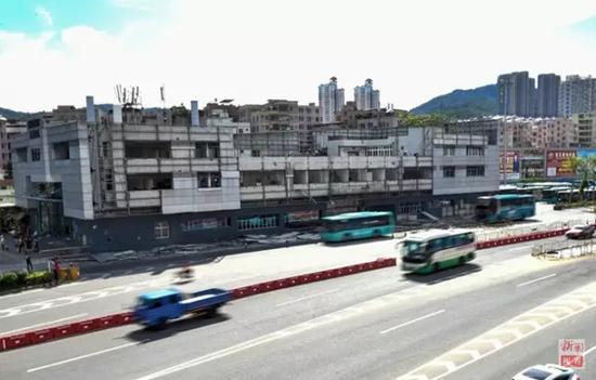 """正在拆除的深圳布吉""""二线关""""联检大楼(2015年6月15日摄)。"""