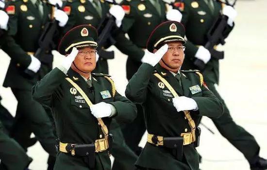 """王成蔚(右) 本文图片均来自微信公众号""""长安街知事"""""""