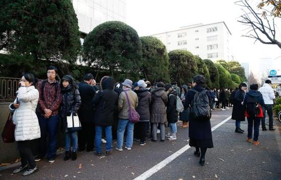 12月11日法庭外聚集大量的媒体和等待抽签的旁听人员。