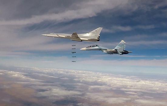 """当地时间2017年11月25日,俄空天部队当天出动6架图-22M3远程轰炸机,向盘踞在叙利亚东北部的极端组织""""伊斯兰国""""目标展开空袭。 视觉中国 图"""