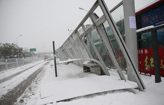 1月4日上午,由于大雪积压,合肥望江路上多处BRT公交站集体出现坍塌。东方IC 图