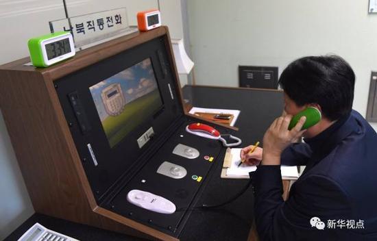 1月3日,在朝鲜半岛中部的板门店,韩方工作人员通过朝韩联络热线与朝方联系。新华社发(韩国统一部提供)