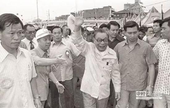 昔日蒋经国冒雨莅临台北淡水河畔,为中正杯龙舟竞赛运动员加油。(图片来源:台湾《中时电子报》)