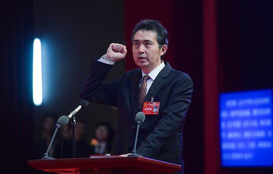陈雍当选市监委主任后向宪法庄严宣誓