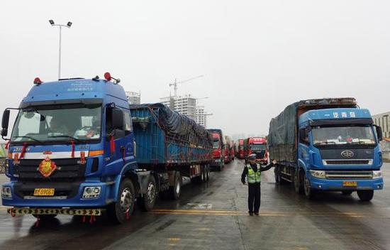 2月23日,海南海口,执勤人员在海口新海港指挥车辆进港。视觉中国 图