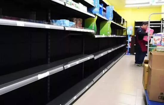 △2月27日,台北,超市卫生纸货柜抢购一空。