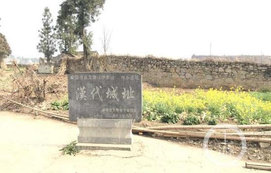 可乐乡古墓和遗址挖掘现场。 本文图片 上游新闻