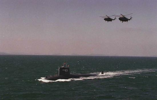 资料图片:这是海上演习中的核潜艇和反潜直升机。新华社记者 查春明 摄