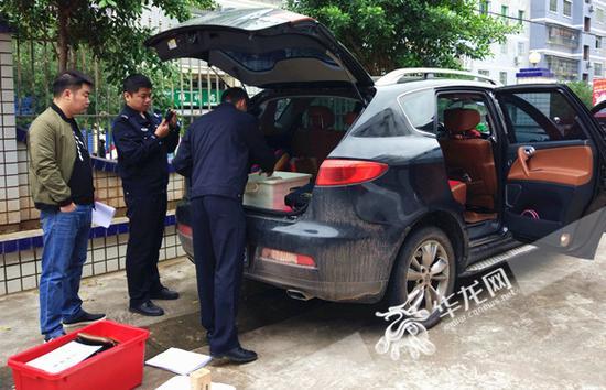 民警正在对王某所开车辆进行搜查。云阳县公安局供图 华龙网发