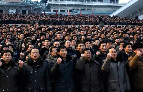 ▲1月4日,朝鲜民众在金日成广场集会,誓言履行金正恩在新年讲话中提出的任务。(美联社)
