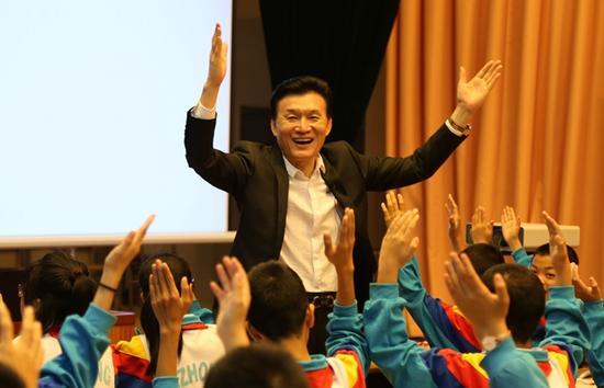 王旭明亲自给中小学生上课,图为公开课现场。摄影/李文强