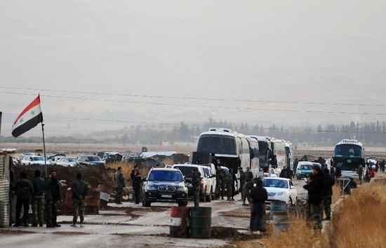 ▲2017年12月29日,叙反对派武装开始从大马士革西南地区撤离。 图/新华社