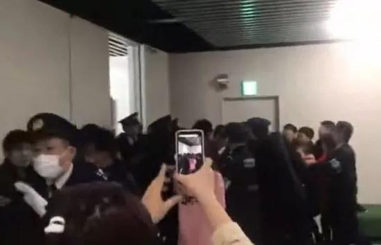 ▲在东京成田机场,中国游客与日本警察发生冲突。