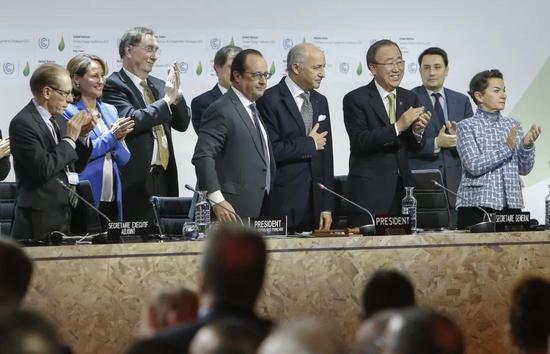 ▲资料图片:2015年12月12日,在法国巴黎北郊的布尔歇展览中心,时任法国总统奥朗德(右五),时任联合国秘书长潘基文(右三)等出席巴黎气候变化大会。