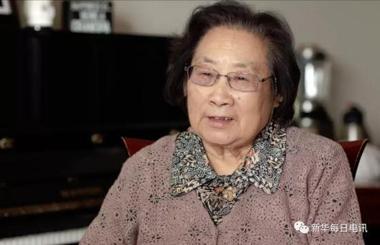 屠呦呦接受《新华每日电讯》记者专访。新华社记者 周宁摄
