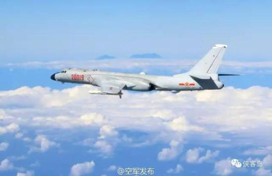 空军公布轰炸机高清图,背景或为台湾阿里山主峰(图:空军发布/侠客岛)