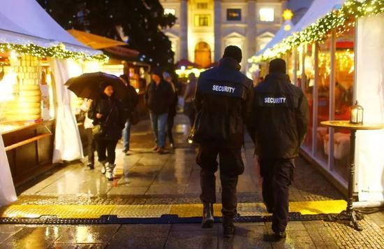 ▲柏林市中间的御林广场上,警察正在圣诞集市中放哨。
