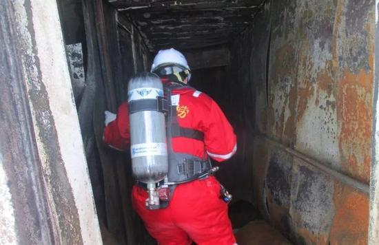 ▲救助人员冒着生命危险在船舱生活区进行搜寻。