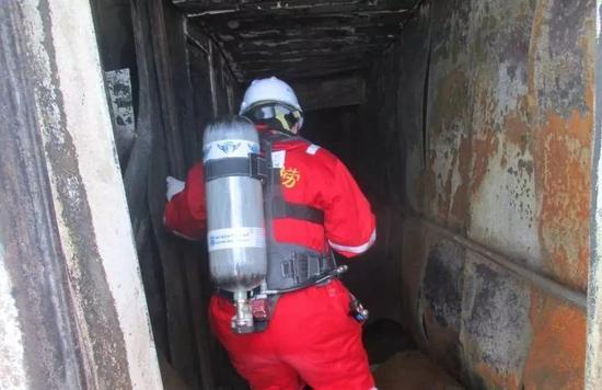 四位救助人员登船展开搜救行动 (来源:交通运输部)