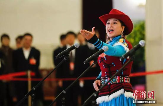 普米族的茸芭莘那委员接受采访。 中新社记者 杜洋 摄