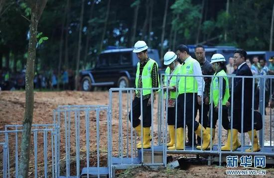 ▲资料图片:2016年初,在印度尼西亚西爪哇省瓦利尼,印尼总统佐科·维多多(左一)、中国国务委员王勇(左三)等视察高速铁路建筑工地。